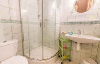 Noclegi na Mazurach, łazienka studio, Kamionki